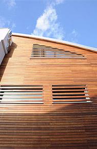 Realizzazione facciate ventilate in legno brescia for Rivestimenti in legno verticali